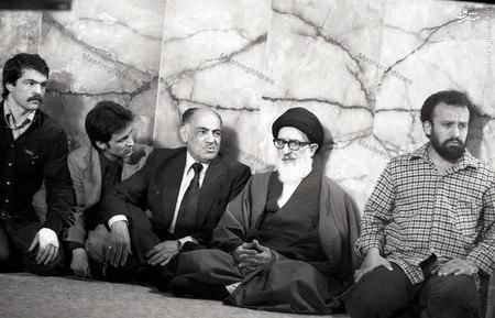 آیت الله سید محمود طالقانی پس از ورود به حسینیه ارشاد وقبل از آغاز سخنرانی.در تصویر محمود مانیان نیز دیده می شود.
