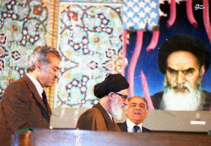 آیت الله سید محمود طالقانی در حال استقرار در تریبون حسینیه ارشاد و قبل از آغاز سخنرانی.