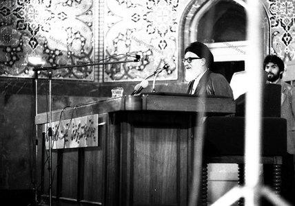 آیت الله سید محمود طالقانی در حال سخنرانی در مراسم ترحیم شهید آیت الله مطهری در حسینیه ارشاد
