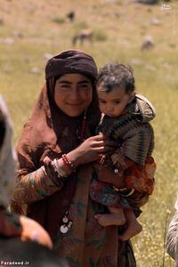مادر و فرزندش با لباس محلی لرهای بهبهان