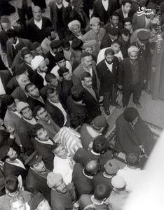 اجتماع مردم در کنار آیت الله العظمی میلانی پس از پایان نماز جماعت ایشان در صحن مطهر رضوی(ع)