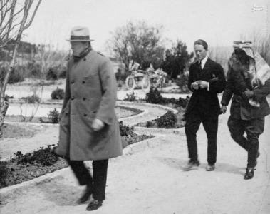 وینستون چرچیل(نفر جلو)، لورنس و امیر عبدالله در حال قدم زدن در محوطه بیرونی محل برگزاری کنفرانس امنیتی در فلسطین