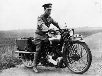 لورنس سوار بر موتور سیکلت