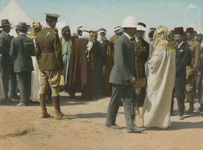 هربرت ساموئل (مرد جلوی تصویر با کلاه سفید) در حال تبریک به امیر عبدالله، لورنس فرد پشت به تصویر است(سمت چپ)