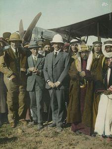 لورنس و خلبان انگلیسی در کنار سران قبایل در عربستان