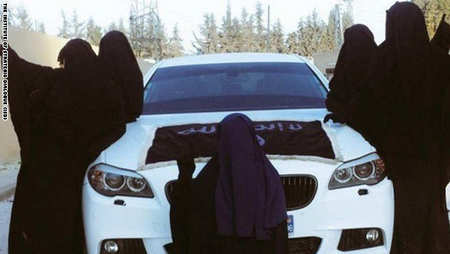 عکس گرفتن زنان داعشی با خودروی لوکس آلمانی