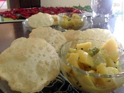 صبحانه در هند _  یکی از صبحانههای رایج کشور هند، Luchi نان روغنی است که با آرد سفید تهیه میشود. این نان را با سیبزمینی که با ادویه کاری مزهدار شده، سرو میکنند.