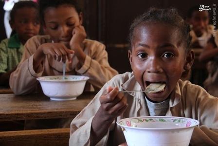 صبحانه در ماداگاسکار _  مردم ماداگاسکار نیز برای صبحانه، لوبیای گرم میخورند.