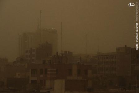 گردو غبار برای دقایقی کوتاه آسمان تهران را کاملا تاریک کرد