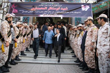 محمود احمدی نژاد در حال خروج از مراسم بزرگداشت شهید «ابو منتظر المحمداوی» مسئول عملیات سپاه بدر عراق