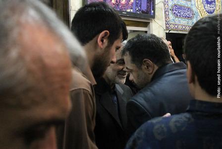 محمود کریمی در حال خروج از مراسم بزرگداشت شهید «ابو منتظر المحمداوی» مسئول عملیات سپاه بدر عراق