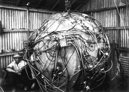 سیم کشی دستگاه هسته ای که به عنوان بخشی از ترینیتی، اولین آزمایش یک بمب اتمی منفجر شد. در زمان این عکس، دستگاه برای انفجار که در 16 جولای 1945 صورت گرفت، آماده شده است.