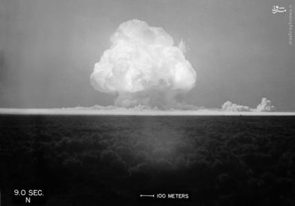 حلقه بزرگ آتش و برای اولین بار ابر قارچ اتمی در جهان شروع به شکل گیری می کند. 9 ثانیه پس از انفجار ترینیتی  در 16 جولای 1945.