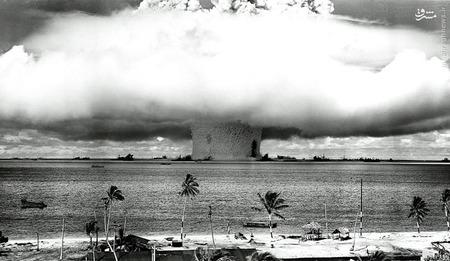ستون عظیم آب دریا ایجاد شده در اثر آزمایش بمب هسته ای آمریکا در جزیره مرجانی بیکینی در اقیانوس آرام. این اولین آزمون زیر آب بمب هسته ای در تاریخ 25 جولای 1946 است. انفجار و موج عظیمی از آب و غرق شدن چند کشتی رها شده که به عنوان بخشی از ناوگان فرضی از کشتی های جنگی سابق بودند.