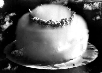 ابر قارچ بزرگ ایجاد شده در جزیره مرجانی بیکینی در جزایر مارشال در 25جولای 1946. ناوگان فرضی کشتی های جنگی که در نزدیکی محل انفجار قرار داده شده بود قابل مشاهده است.
