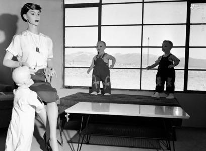 قرار دادن ماکت سه کودک به همراه مادرشان در یک خانه در فاصله 1432 متری از محل انفجار برای ارزیابی کشتار یک بمب اتمی با قدرت 40،000 تن TNT در نوادا، در 24 آوریل1955.
