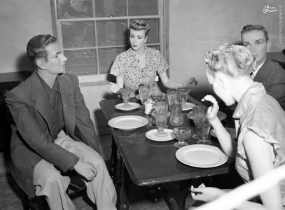 قرار دادن ماکت انسانی برای ارزیابی میزان کشتار بمب هسته ای در طول انجام آزمایش بمب هسته ای عملیات Upshot-Knothole در 15 مارس، 1953