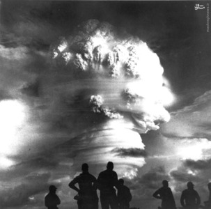 ناظران شاهد تست اتمسفر در عملیات Hardtack1 در طول آزمایش اقیانوس آرام در سال 1958.