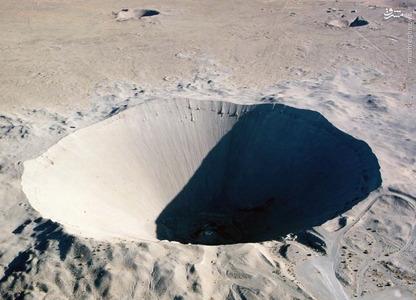 حفره سدان که از یک انفجار 100 هزارتنی در بیابان نوادا ایجاد شده است. در 6 جولای 1962.  در اثر این انفجرا 12 میلیون تن از خاک زمین جابجا شد و حفره ای به قطر 390 متر و عمق 98 متر ایجاد کرده است.