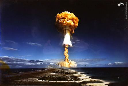 عکسی از تست یک بمب هسته ای توسط دولت فرانسه در جزیره مرجانی Moruroa، پلینزی فرانسه.