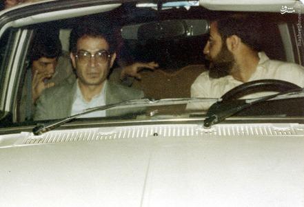 1358، شهید دکتر سید حسن آیت در حال خروج از مجلس خبرگان قانون اساسی