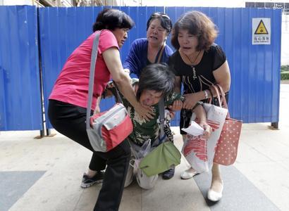 عکس/خشم خانوادههای مسافرانِ پرواز گمشده مالزی
