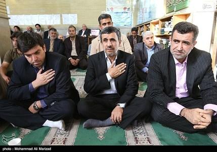 محمود احمدی نژاد رئیس جمهور سابق و سیدحسن موسوی مسئول دفتر وی (راست)