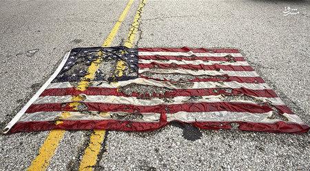 پرچم نیمه سوخته آمریکا در جریان اعتراض مردم آمریکا به کشتار سیاه پوستان