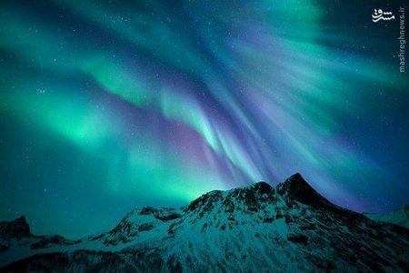 * Motind _  شفق های قطبی در دو رنگ اصلی سبز و بنفش بر فراز قله Senja قرار گرفته اند. رنگ سبز ناشی از برهم کنش ذرات باردار خورشیدی با مولکول های اکسیژن و رنگ بنفش نیز ناشی از برهمکنش آنها با مولکول های نیتروژن است.