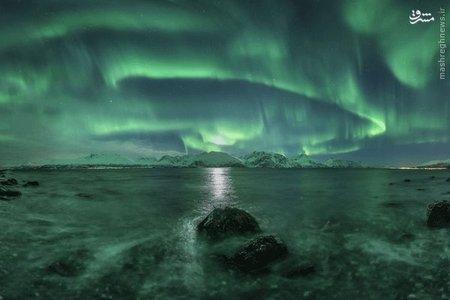 * پانورامای شفق قطبی _  شفق قطبی واضحی که بر فراز فلات Lyngen، طولانیترین فلات نروژ ثبت شده است. شفق قطبی ( Aurora) یکی از پدیده های جوی کره زمین است، این پدیده ظهور نورهای رنگین و متحرک در آسمان شب است و معمولا در عرض های نزدیک به دو قطب زمین که بر اثر برخورد ذرات باردار باد خورشیدی و یونیزه شدن مولکول های موجود در یونوسفر زمین به وجود می آید.  شفق های قطبی نورهای زیبایی هستند که به طور طبیعی در آسمان دیده می شوند.