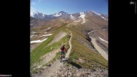 این دوچرخه سوار از منظره لذت میبرد. سوئیس در دست چپ و اتریش نیز در دست راست او قرار دارد