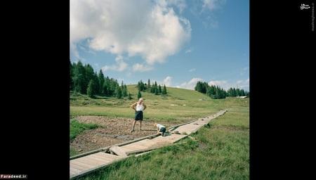 مرز اتریش و ایتالیا (2012) – هر سال در ماه اوت، جشن دوستی در اینجا بین دو روستای پونتِبا (ایتالیا، چپ) و روستای تروپولاخ (اتریش، راست) برگزار میشود
