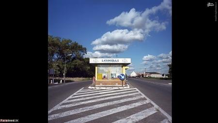 مرز فرانسه و بلژیک (2007) – این اولین عکسی است که عکاس ایتالیایی انداخته است. ساختمان وسط جاده قبلا یک گمرک خانه بوده که حالا به شکلات فروشی تبدیل شده است. منظره جلوی عکس متعلق به ایتالیا است
