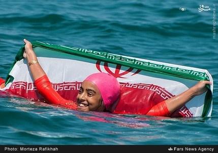 ساینا آتشین شناگر 10 ساله گیلانی به عنوان نخستین دختر ایرانی یکشنبه 25 مرداد 10 کیلومتر و200 متر در دریای خزر در محدوده سنگاچین بندرانزلی را به مدت 7 ساعت شنا کرد و رکورد شنا در آب های آزاد آسیا را به نام خود ثبت کرد