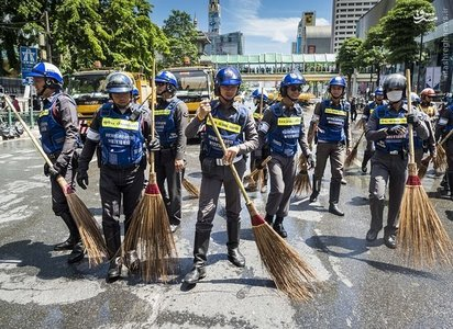 پلیس تایلند خیابان های «بانکوک» را بعد از انفجار روز دوشنبه تمیز میکند