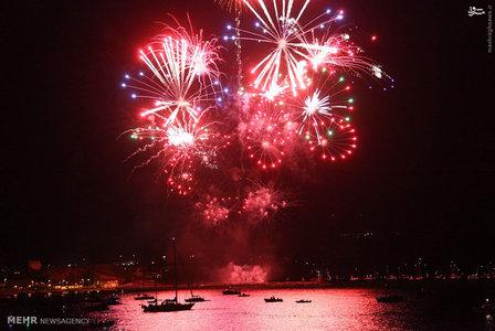 شب نخست مسابقات سالانه آتش بازی در شهر پلای موث انگلیس برگزار شد. در این مسابقه 3 تیم حضور داشتند و هر کدام به مدت ده دقیقه فرصت داشتند تا آتش بازی زیبا تری را به نمایش بگذارند