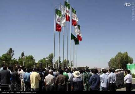 گروهی از خادمان حرم امام رضا(ع) روز چهارشنبه با حضور در سایت هسته ای فردو، در مراسمی پرچم رضوی را در این مکان به اهتزاز درآوردند