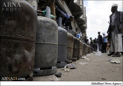 حملات ددمنشانه رژیم سعودی به زیرساختهای کشور یمن وضعیت سوخت و بخصوص گاز در این کشور را در وضعیت بحرانی قرار داده است. تصاویر زیر صفهای طولانی در شهر صنعاء را نشان میدهد که مردم برای پُر کردن کپسولهای گاز ایستادهاند