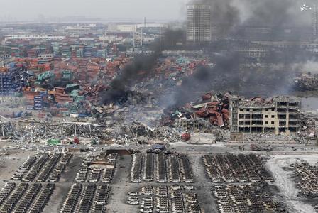 بقایای برجای مانده از انفجار بزرگ انبار مواد اشتعال زا در بندر تیانجین چین که ده ها کشته بر جای گذاشت