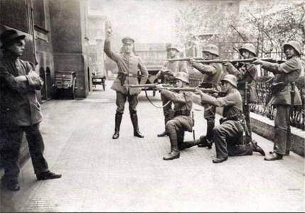 تیرباران یک کمونیست در مونیخ توسط سربازان آلمانی در سال 1919