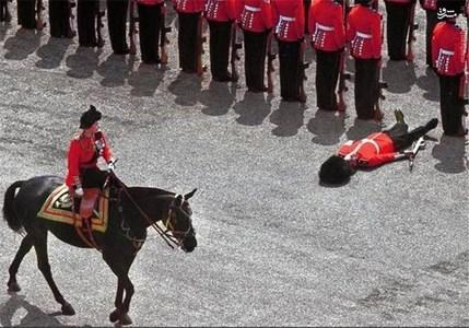 سربازی که در جریان سان دیدن ملکه الیزابت دوم در سال 1970 از هوش رفت