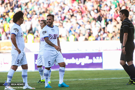 resized 1193118 860 - عکس/ دیدار تیم های فوتبال منتخب ستارگان ایران و جهان