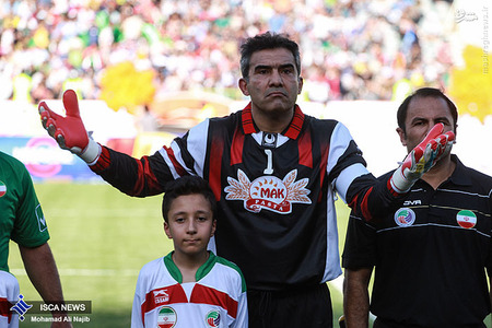 resized 1193121 588 - عکس/ دیدار تیم های فوتبال منتخب ستارگان ایران و جهان