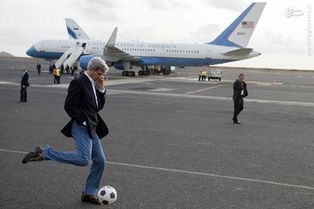 بازی جان کری وزیرخارجه امریکا با توپ فوتبال در فرودگاه