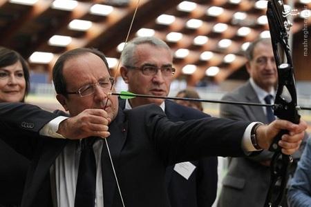 فرانسوا اولاند در حال تیراندازی با کمان