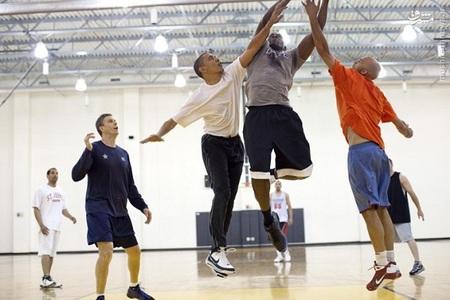 باراک اوباما در یک مسابقه بسکتبال در کاخ سفید