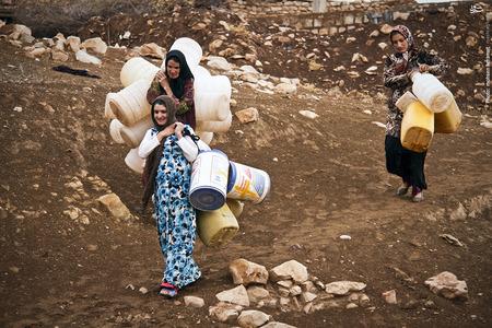 مردم روستای گامره از ساعات اولیه روز دوشنبه هر هفته ظرف های خود را تا پایین روستا می آورند و نوبت میگیرند.
