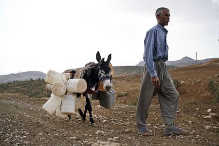 مردم روستا از ساعات اولیه روز دوشنبه هر هفته ظرف های خود را تا پایین روستا می آورند نوبت و میگیرند.