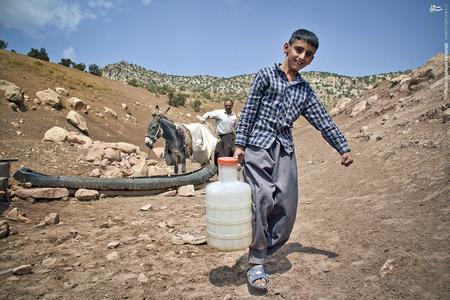 در این روستاها عدهای مجبور به استفاده از آب  چاه می شوند که هم آلوده است و هم فاصله اش تا منازل مسکونی خیلی زیاد است.