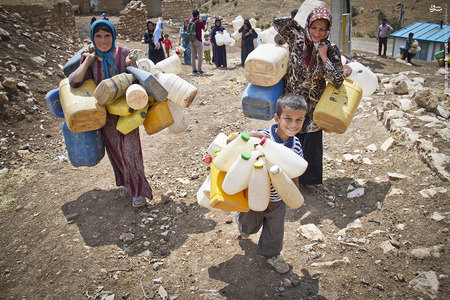 اهالی روستا پس از ساعتها انتظار، از آمدن کامیون حامل تانکر آب ناامید شده و به خانه هایشان بازمیگردند.